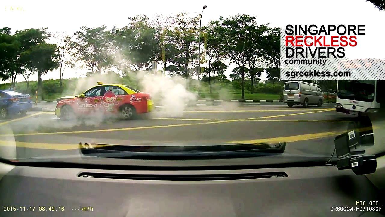 シンガポールタクシーよ、事故起こしてなぜそのまま去るのよ‼︎