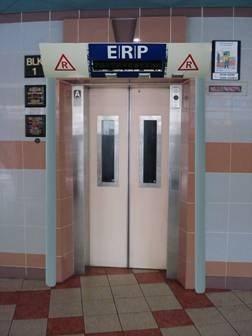エレベーターの内側ドアが一部開いた状態で運転