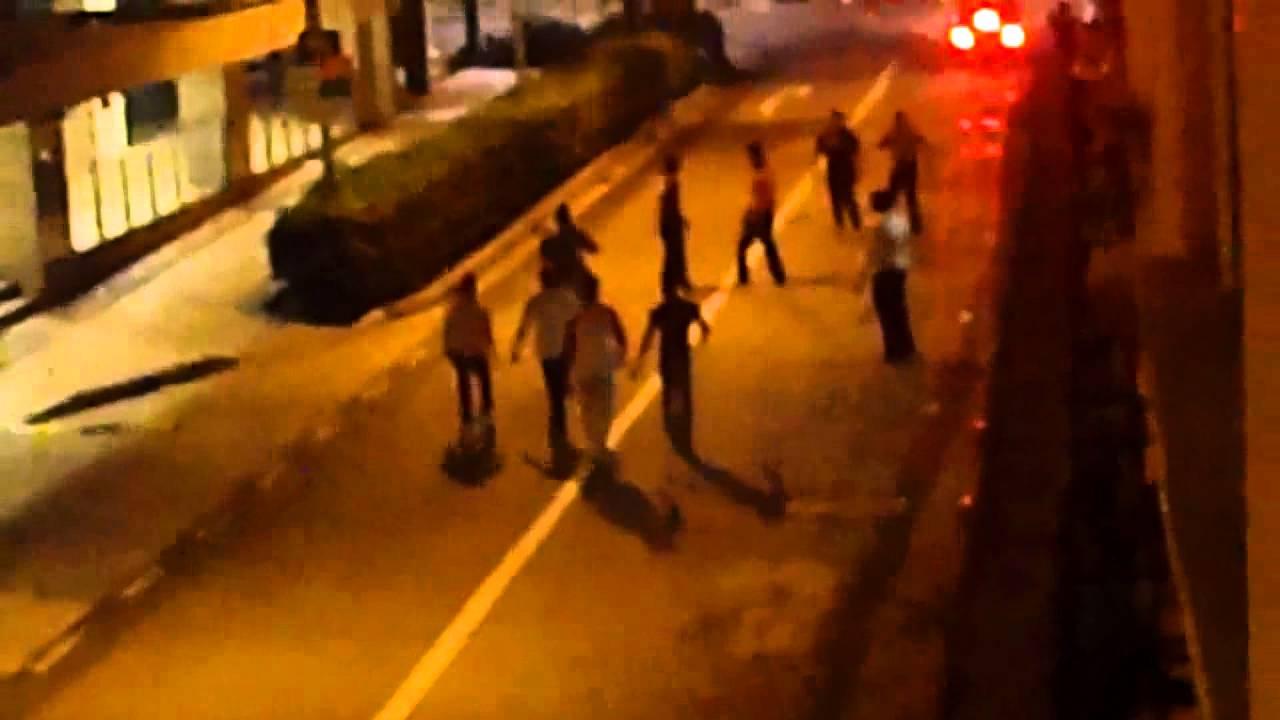 シンガポールインド街で酔っ払い軍団が喧嘩してるんですが。。