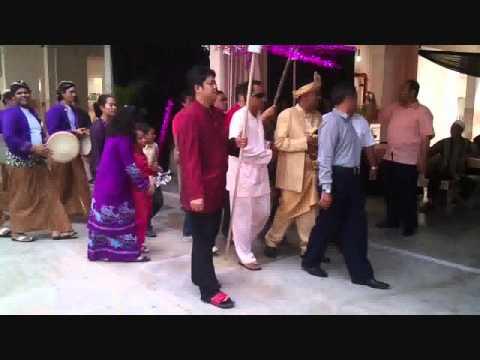ちなみにマレー文化の結婚式はこんな感じ