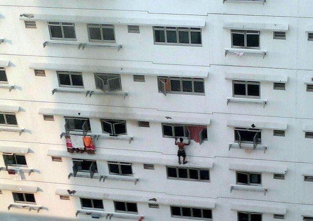シンガポールHDB 窓で救出が必要になったおじいちゃん!