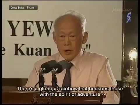 シンガポール子どもたちが「ワン、ツー、スリー」でリー元首相にお辞儀。