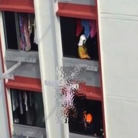 シンガポールHDBの洗濯竿で危機一髪!?運が良すぎるお爺ちゃんw