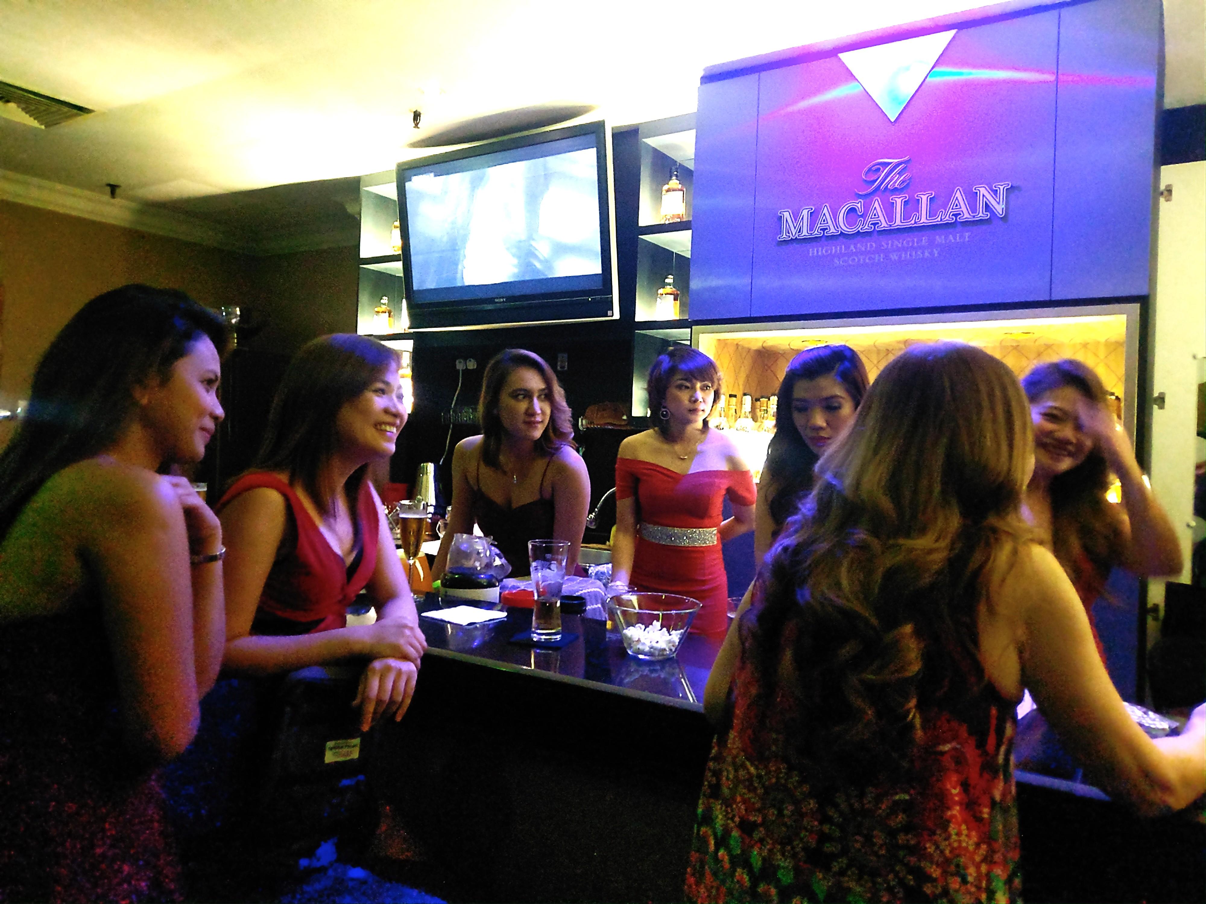シンガポールフィリピンパブ ESQUIRE エスカイヤー !オーチャードプラザでノリノリの女の子と遊んでテーブルチャージなしの明瞭会計!