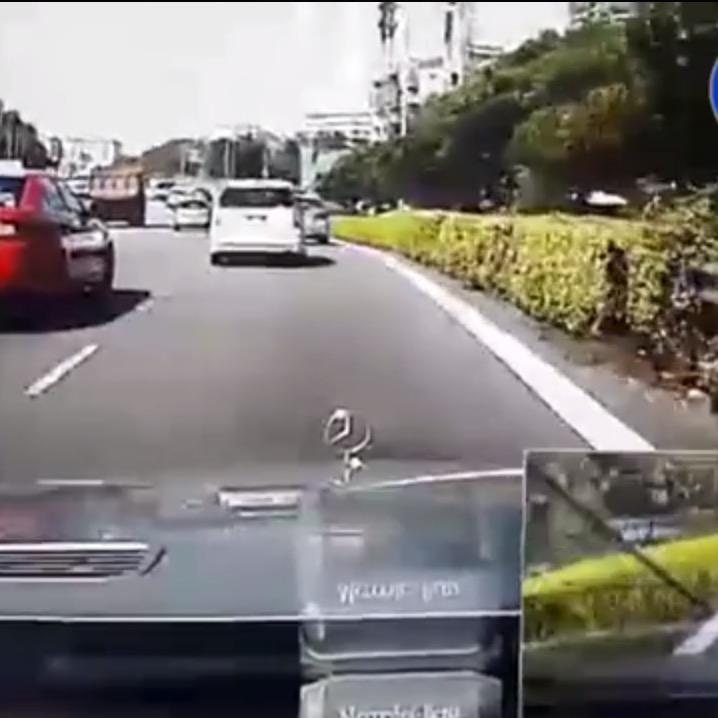 シンガポール高速道路で2人乗りのバイクが急ブレーキ!