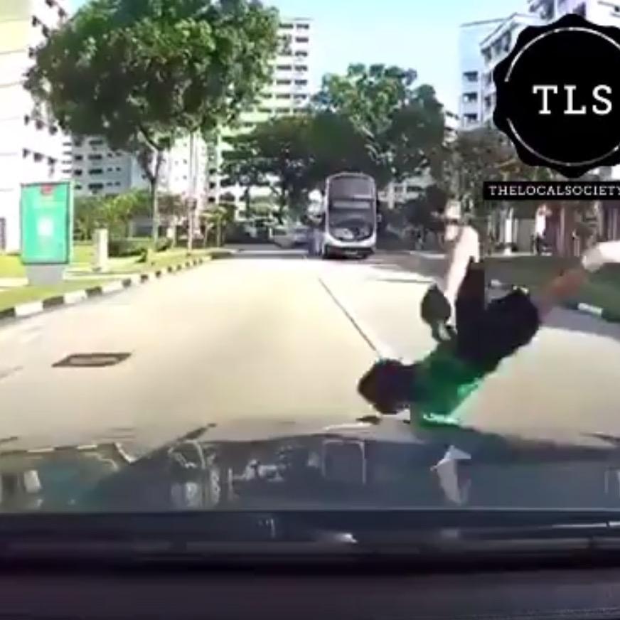 バイク運転手が吹っ飛んで車の屋根を飛び越える衝撃の瞬間!!