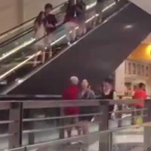 シンガポールでエスカレーター乗るときには気を付けましょ!