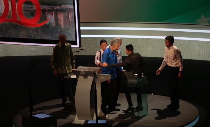シンガポールリー首相様、スピーチ中に倒れる!?