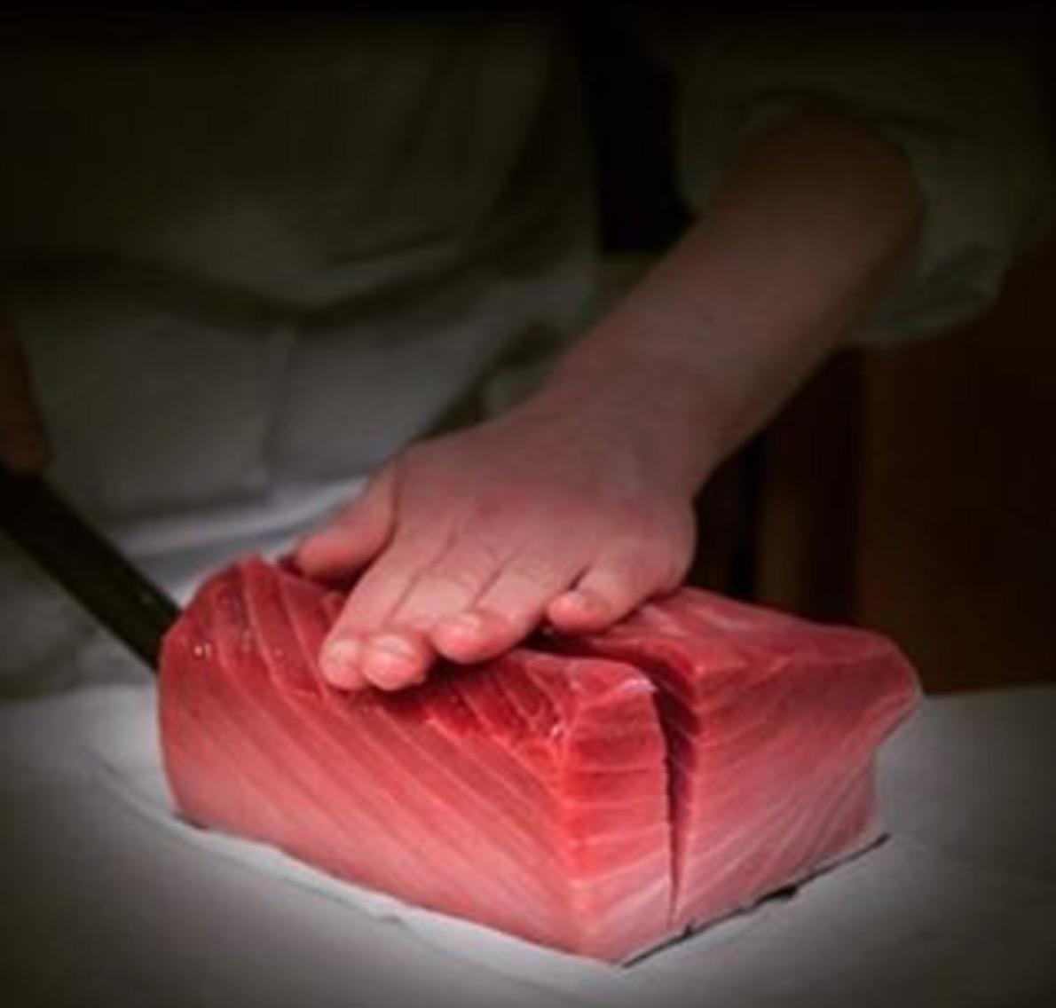 シンガポールスーパーマーケット社長が巨大レア魚を社員に大盤振る舞い!