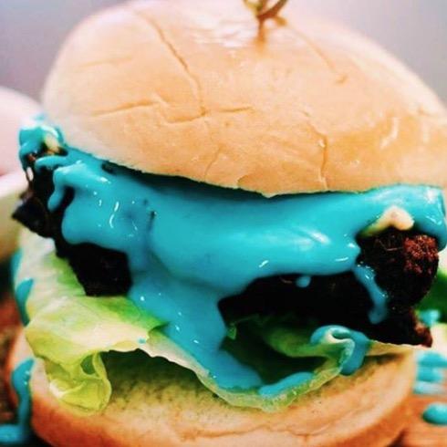 【シンガポールカフェ】 シンガポールブルーバーガー!? 何でバーガーが青くなってんの?!