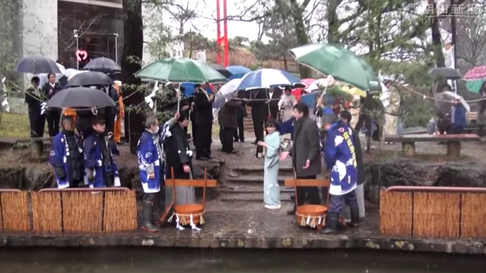 【ONLY IN JAPAN】 Giving Koi Fish sake drinks will get activists angry one!!