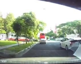 シンガポール これは無かったことにして! 衝突したバスが当て逃げ!