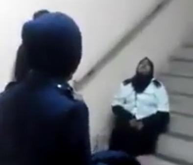 【怖い動画注意】 マレーシアで霊に乗っ取られる女性