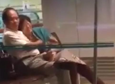 【シンガポール恋愛】 老夫婦がイチャイチャw とう言うか、モミモミw