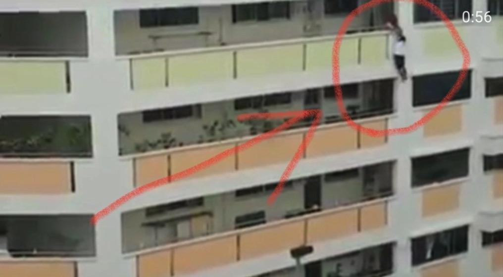 【衝撃動画】 HDB で人がぶら下がってるのですが・・ 自殺!?事故!?